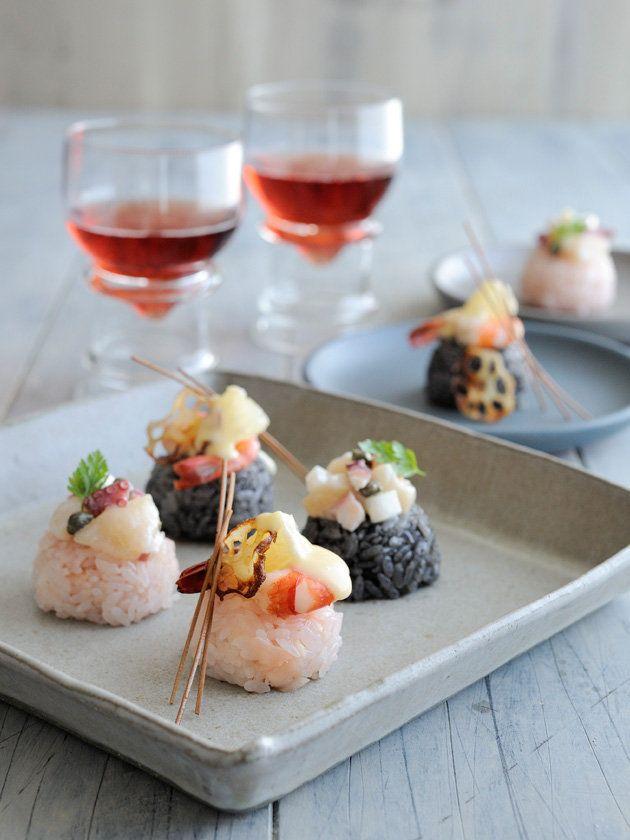 Recipe:しょうがといか墨のモダン手まり寿司/ピンクとグレーの寿司飯がおしゃれすぎる! ギャザリングに絶対活用してほしいモダン手まり寿司は、えび&グレープフルーツ、たこ&ほたてのトッピングも美味。 #レシピ #elleatable