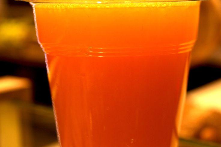 """Ο δροσερός γευστικός χυμός των DONS """"Fresh me up"""" φτιαγμένος από πράσινο μήλο, ανανά, τζίντζερ, δυόσμο και τη μαεστρία των DONS είναι ότι πρέπει για να υποδεχθείς το πρώτο καλοκαιρινό Σαββατοκύριακο του μήνα.  Καλή σας μέρα."""
