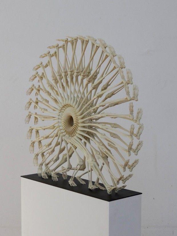 Monika Horčicová est une artiste tchèque qui réalise des sculptures ou des installations à partir du squelette humain.