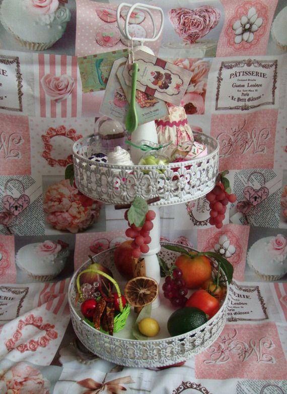 Présentoir à étage garni de fruits et pâtisserie ornemental