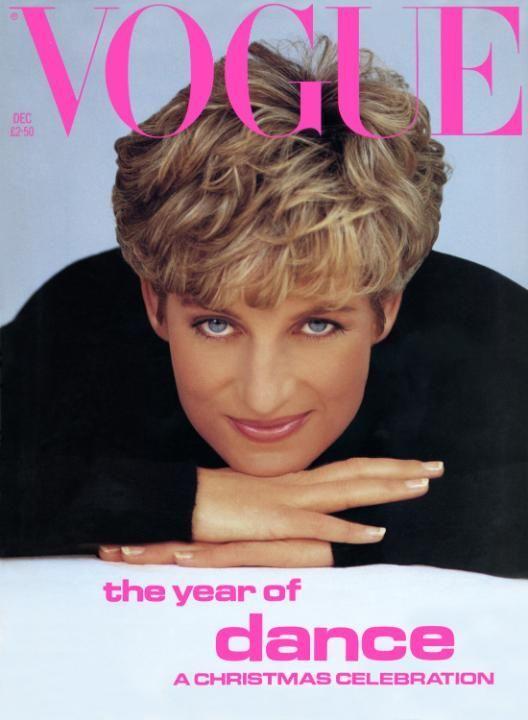 """Lady Diana è un'icona unica e inimitabile, apprezzata e amata ancora oggi. Uno dei suoi tratti distintivi era l'iconico taglio di capelli, che ha fatto impazzire milioni di donne durante gli anni '90 nel disperato tentativo di copiarla. Ma chi si nasconde dietro questa pettinatura? La risposta è Sam McKnight, il parrucchiere delle star, che ha da poco pubblicato un libro, """"Hair"""", in cui racconta aneddoti e storie curiose sulla sua decennale attività."""