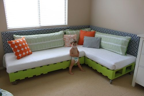 Couch/guest bed. Perfect in my future basement: Pallet Beds, Pallets Couch, Plays Rooms, Toddlers Beds, Pallets Beds, Two Twin Beds, Wood Pallets, Kids Rooms, Diy Pallets