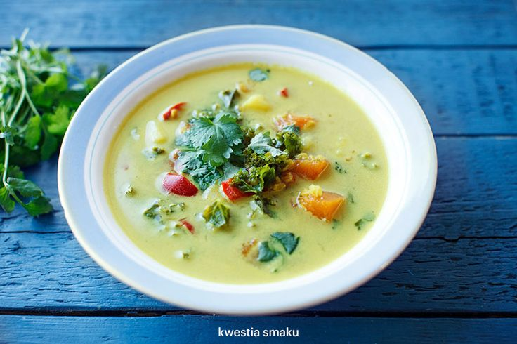 Wegańska zupa curry z jarmużem
