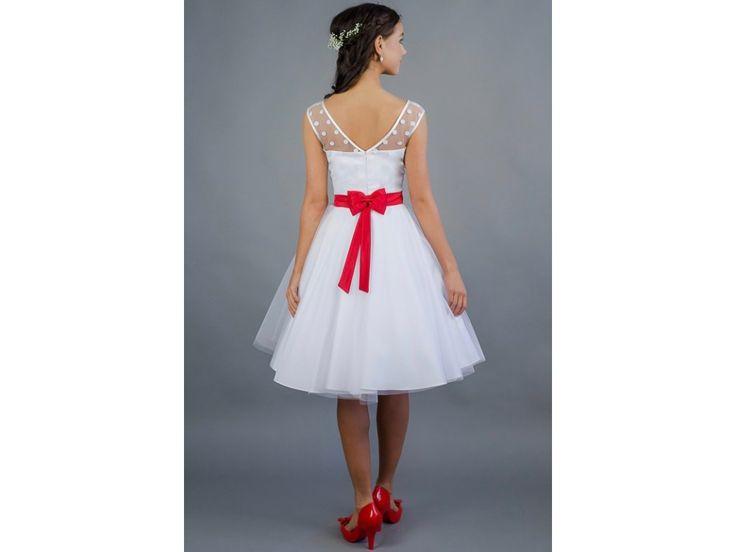 Svatební šaty s puntíkatým živůtkem a tylovou sukní . korzetový živůtek doplněný puntíkatým tylem výstřih a rukávy lemované jemnou krajkou hlubší V výstřih na zádech šaty šijeme na zakázku a je možné si určit typ výstřihu,délku sukně a další detaily