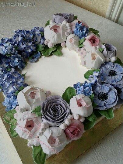 Кремовый торт с анемонами и гортензией; в инстаграмме @medina_tort;