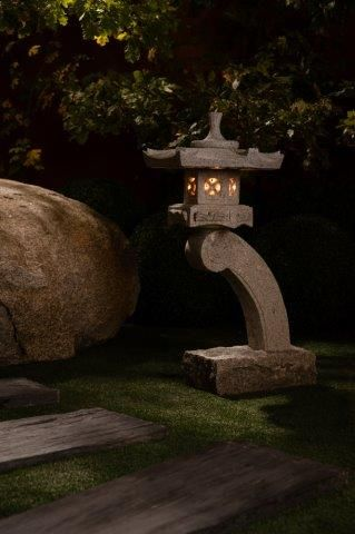 La lanterne japonaise Rankei  est fabriquée à partir de pierre de granite et entièrement taillée à la main. Elle vous permettra de décorer votre jardin le jour et de l'éclairer la nuit. The Rankei Japanese lantern is made of granite stone and fully hand cut. It will Decorate your garden during the day and light it up by night.