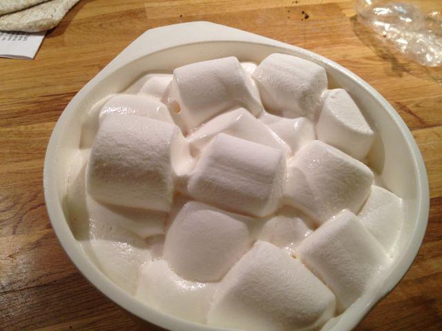 Marshmallow fondant (MMF) er en fabelaktig greie å bruke til pynt av kaker. Du kan bruke den akkurat på samme måte som marsipan: Lage kakelokk, figurer og pynt til kaken. Den egner seg godt til sjo...