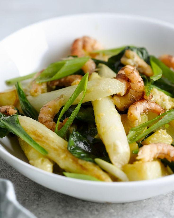 Gewokte aardappelen met garnalen en asperges