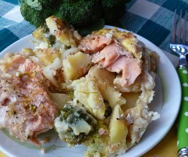 Pstrąg łososiowy z ziemniakami i brokułem pod beszamelem