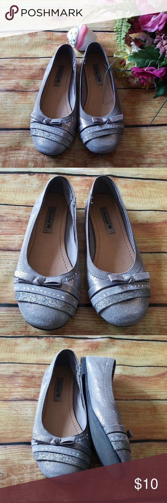 🌹Girls Gray Sparkle Flats, Size 2, American Eagle Gray/Silver Sparkle/ Glitter shoes. American Eagle,  Size 2. In good condition. Pre-loved💕 American Eagle Shoes Dress Shoes