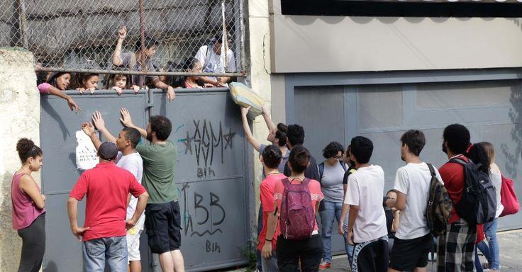 A Escola Estadual Dona Ana Rosa de Araújo, na zona oeste de São Paulo, foi ocupada na manhã desta sexta-feira (13) por estudantes. Com esta nova manifestação, já são sete as escolas ocupadas na capital e na Grande São Paulo. Os estudantes protestam contra a reorganização da rede estadual proposta pela Secretaria da Educação