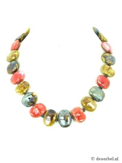 Mooie halsketting van keramische kralen