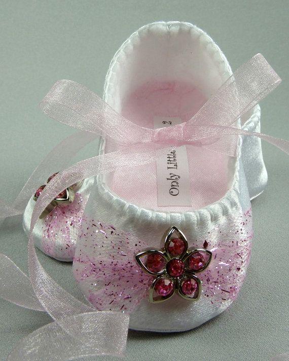 Calçados de Bebês - cetim branco com rede-de-rosa e flor