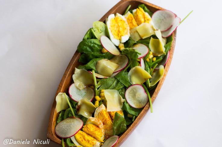 Salata cu baby spanac, ansoa si oua