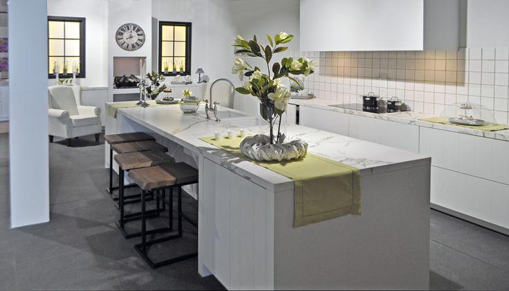 Landelijke, witte keuken met marmeren werkblad deze keuken bezit ...