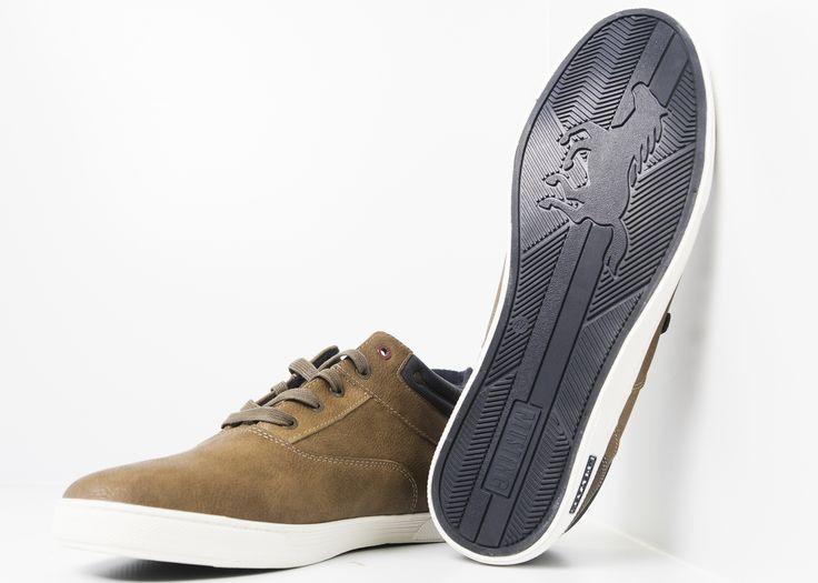 Mustang sneaker half hoog bruin Half hoge schoen in grote maat van het merk Mustang  in de kleur bruin. De schoen is gemaakt van bruin polyester en voorzien van bruine veters. De bovenzijde heeft een donker blauwe afzet en de trendy witte zool zorgt voor een sportief uiterlijk. De achterkant van de hak is voor zien van een donkerbruine opzet waar het mustang logo is opgedrukt.