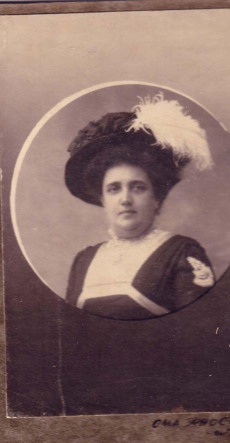 Beata Walter, de moeder van Beata. Mama was altijd ladylike en wilde graag dat haar dochter dat ook was. Maar zij had er alleen talent voor als ze er zin in had...