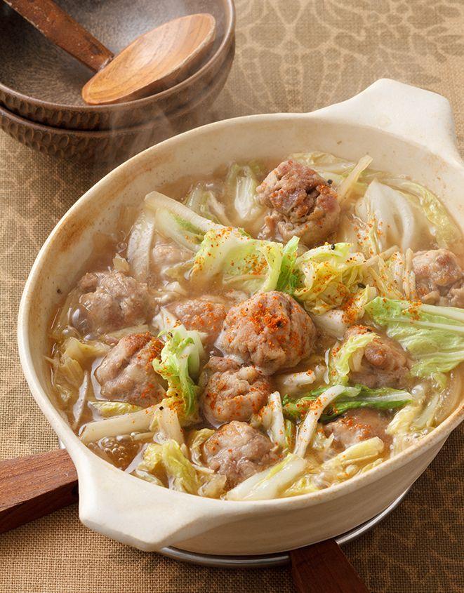 Pork hot pot with vegetables cabbage dango 七味唐からしは、肉の下味と仕上げのダブル使い。ぴりっとした辛さで、体も温まります。