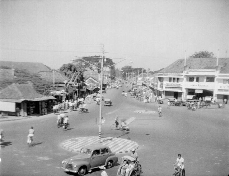 Straatbeeld (Pasar Blaoeran?) van Surabaya, Indonesië (1950)