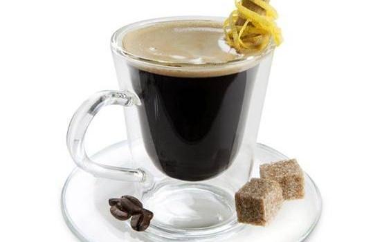 Carajillo  Ingredientes:  2 oz. de licor del 43 1 carga de espresso Hielos.  Elaboración:  En una taza o vaso old fashioned con hielos, sirve el licor hasta un poco más de la mitad, añade una carga de espreso recién hecho. Listo!