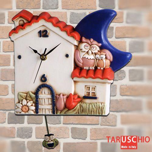 """Ci sono 3 gufi su questa casetta-orologio: due se ne stanno tranquilli, appollaiati sul tetto, mentre un altro non fa che """"pendolare"""" tutto il giorno!  (collezione """"I Gufi"""", orologio da parete con pendolo http://www.taruschioceramica.it/gufi.htm)"""