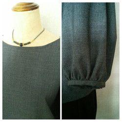 【素材】・ウール/テトロン混紡・杢グレー・中厚(薄くもなく厚くもなく)【サイズ】「M~Lサイズ」・着丈 59cm・バスト116cm・袖丈51cm(ネック~袖口まで)・袖口 28cm・ネック 61cm※素人採寸ですので多少の誤差はお許し下さい。【作品について】ギャザーをたっぷり寄せたカフス袖口でふんわりとしたデザインです。後ろ身頃ループ&ボタンです。パンツやスカート色々なコーディネートが楽しめます。※商品は全て製作前に水通しかねて洗いにかけています。※お洗濯は手洗をお勧めいたします。※ 気になる点がありましたらご注文前にお気軽にご質問ください。※掲載写真は実商品のカラーにできるだけ近づけるよう努力はしておりますが、 お使いのモニターや画面設定等によっては色が異なって見える場合もございますのであらかじめ了承下さい。