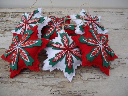 Questo set contiene 3 bellissimi fiori natalizi imbottiti in bianco e rosso , e viceversa .I materiali utilizzati sono , feltro per la parte bianca e quella rossa , tessuto per cap - 16563731
