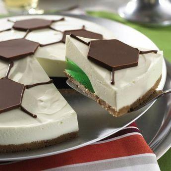 Fußball-Torte - Eine cremige Torte ohne Backen mit Frischkäse und Wackelpudding zum Fußball