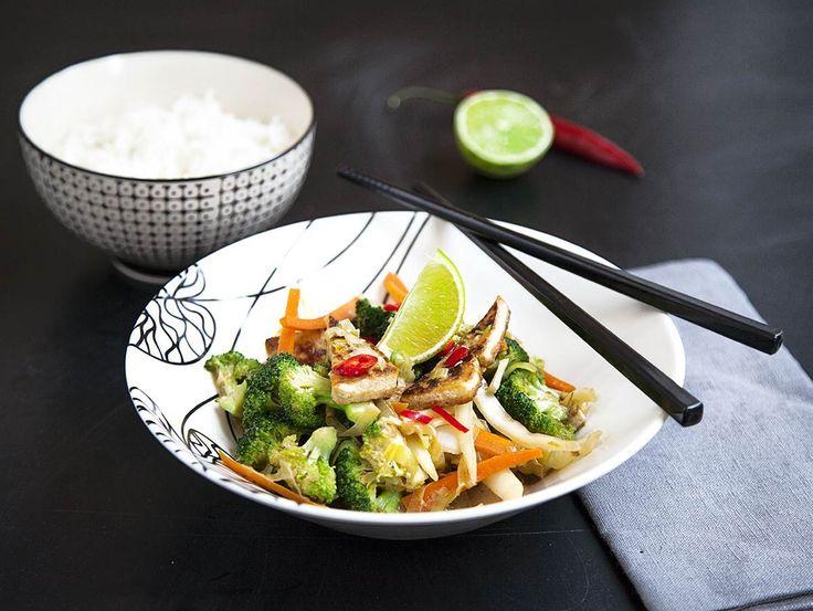 En vegowok med tofu och en härlig blandning av olika grönsaker. Det är lite som ska skivas, strimlas och hackas men det är ju så mycket godare med färska g