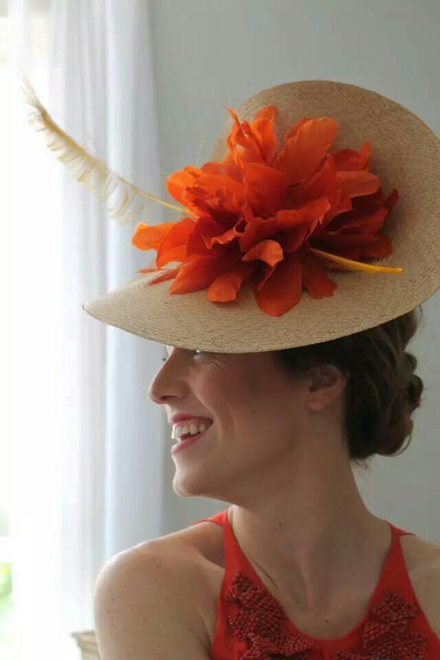 Una invitada elegante lleva un tocado impresionante como este que nos prestaron…