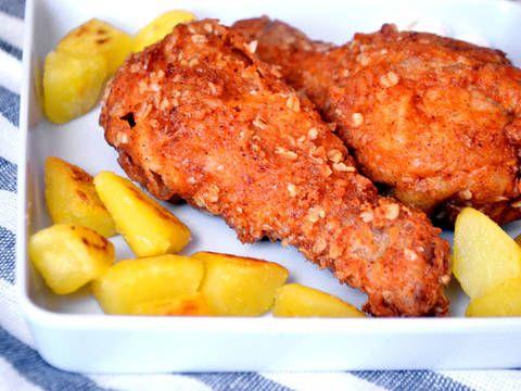 Remek recept KFC rántott csirkecomb recept. Rántott csirke (alsó) comb, kicsit másképpen elkészítve. Több fűszerrel, zabpehellyel, és ha elkészült szinte teljesen olyan lesz mint a KFC-ben kapható ropogós külsejű, omlós csirkecomb. ;)
