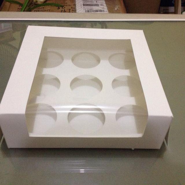Caja para 12 Cupcakes elaborada en cartulina sulfatada blanca y ventana de acetato a $15.00 la Pza realizamos envíos a todo el país realizamos presupuestos sin compromiso.