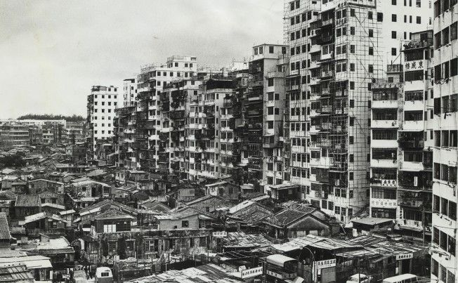 This picture, taken in the 1970s, shows the squatter village in front of the walled city which was 2.63 hectares of tightly packed dilapidated buildings without water supply or garbage-collection service and with minimal police patrol.
