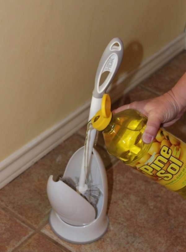 Versez du détergeant dans le porte brosse à WC pour un max de propreté