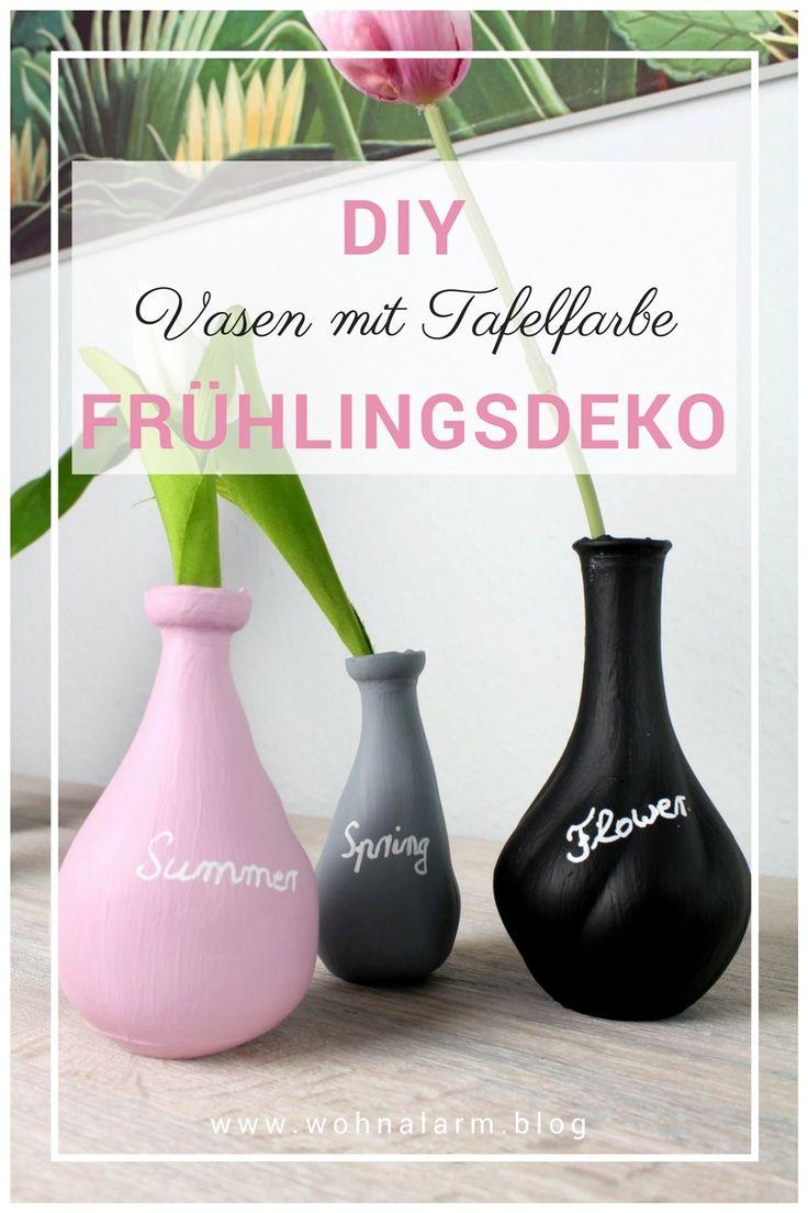 Tolle Vasen mit Tafelkreide! Dieses DIY ist ein echter Hingucker und dabei ganz einfach und schnell. Wir haben Vasen von aussen mit Tafelkreise bemalt und zum Schluß noch mit Kreidestift beschriftet. Der Effekt ist wirklich unglaublich. Schau dir das YouTube-Video dazu an. #deko #diy #tafelfarbe #kreidestift #frühlingsdeko