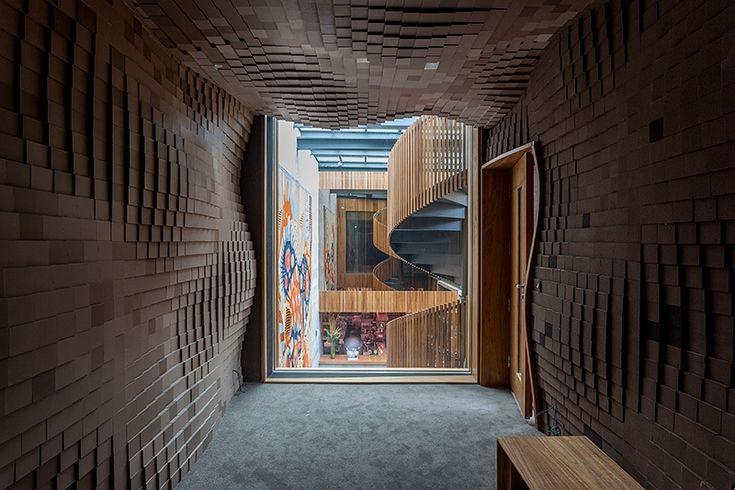 Em uma fachada ousada, alta e com brises de madeira ecológica, na Alameda Lorena, nos Jardins em São Paulo, foi inaugurado o Restaurante Bossa, um projeto...