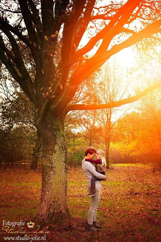 Fotoshoot moeder en dochter, buitenfotoshoot, foto buiten laten maken, foto idee moeder en dochter, mama, dochter, herfst, bos, pose, fotoreportage met dochter, fotoshoot met kind, pose met kind, moeder dochter,