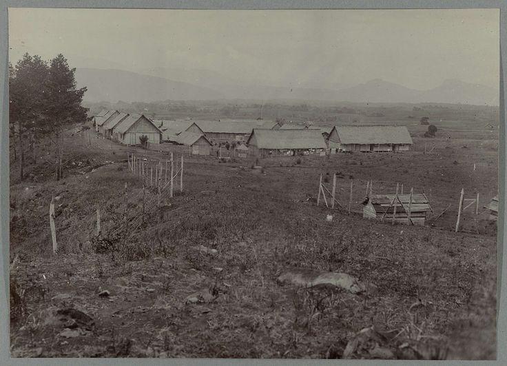 Anonymous | Oud bivak te Blangrakal, Anonymous, 1903 - 1913 | Gezicht op het oude bivak te Blangrakal, op de voorgrond het dynamietmagazijn. Ingeplakte foto in een album met 107 foto's over de aanleg van de Gajoweg op Noord-Sumatra tussen Bireuen en Takinguen tussen 1903-1914.