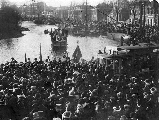 Aankomst van Sinterklaas, rond 1910, op de Stadsbuitengracht te Utrecht. Op de achtergrond de bebouwing aan de Wittevrouwensingel (HUA, cat. nr. 73985).