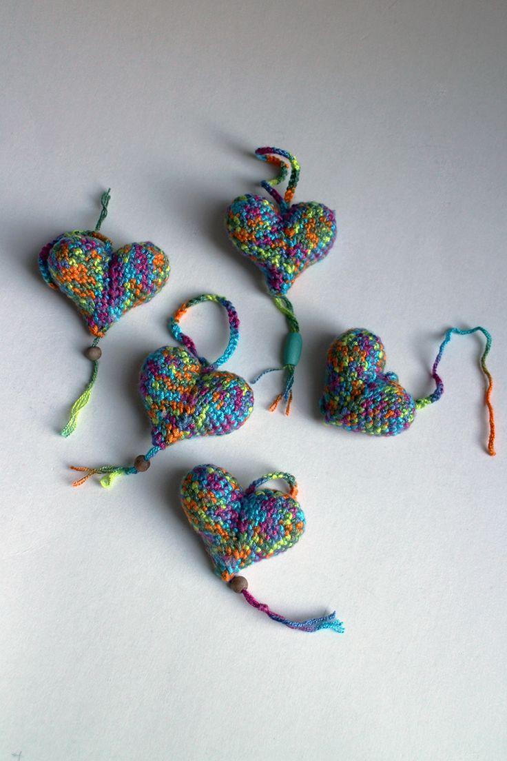 Srdiečko – modré strakaté - srdiečko uhačkované z bavlny a vyplnené dutým vláknom. Ozdobené dreveným korálikom.  Vhodné ako dekorácia na zavesenie.