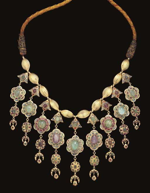 A Moroccan emerald and amethyst inset gold necklace (Lebba) | Fez | 18th century