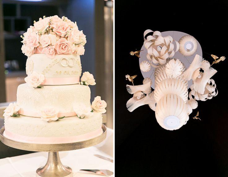 Romantische Hochzeitstorte in Weiß und mit pastellfarbenen Blumen bei einer Hochzeit im Cafe im Botanischen Garten  München im Vintage-Stil und Pastell-Deko