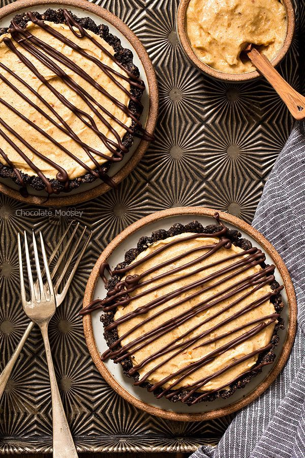 End your date night dinner for two on a sweet note with No Bake Mini Peanut Butter Mousse Tarts made with a chocolate cookie crust, eggless peanut butter mousse, and chocolate drizzle on top. Made with @naturallymore peanut butter