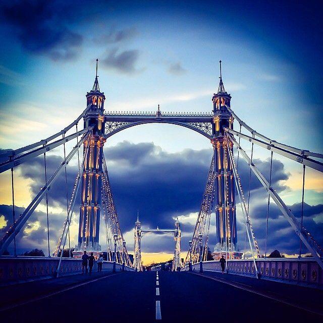 4,000 bulbs illuminate London's Albert Bridge at night - it connects Chelsea on…