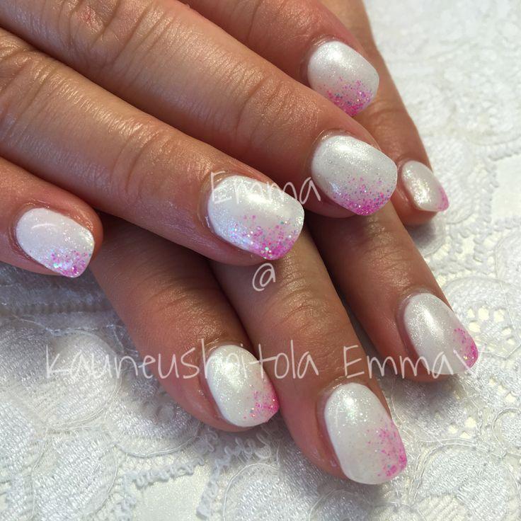 Valkoiset kynnet ja hieman tietysti pinkkiä