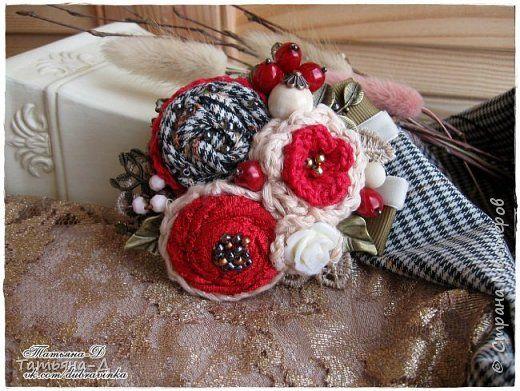 """Продолжаю творить своё новое увлечение-текстильные броши в стиле Бохо.  Красную назвала """"Рябиновый цвет""""-такая осенняя получилась... А бордовую назвала -""""Зимняя вишня"""". Лёгкие,небольшие (длина-9 см, шир.-7 см.)-очень украсят осенний гардероб:пальто,жакеты,джемпера,шарфы и т. д. Также предусмотрела спец.заколку ,что-бы можно было дополнить причёску этими брошами.  фото 1"""