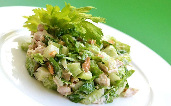 Yeşil elmalı tavuk salatası tarifi, zeytinyağı yerine sosunda bulunan bir parça mayonez ve süzme yoğurt sayesinde oldukça lezzetli.