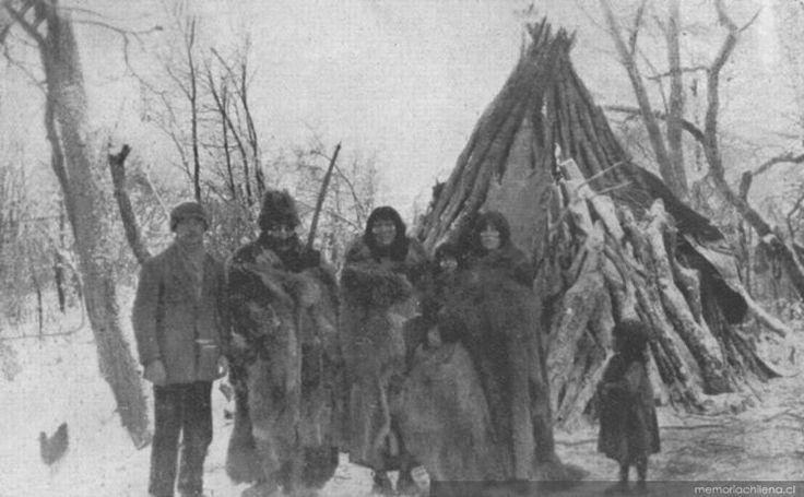 Familia Selk'nam con Martín Gusinde, hacia 1920.