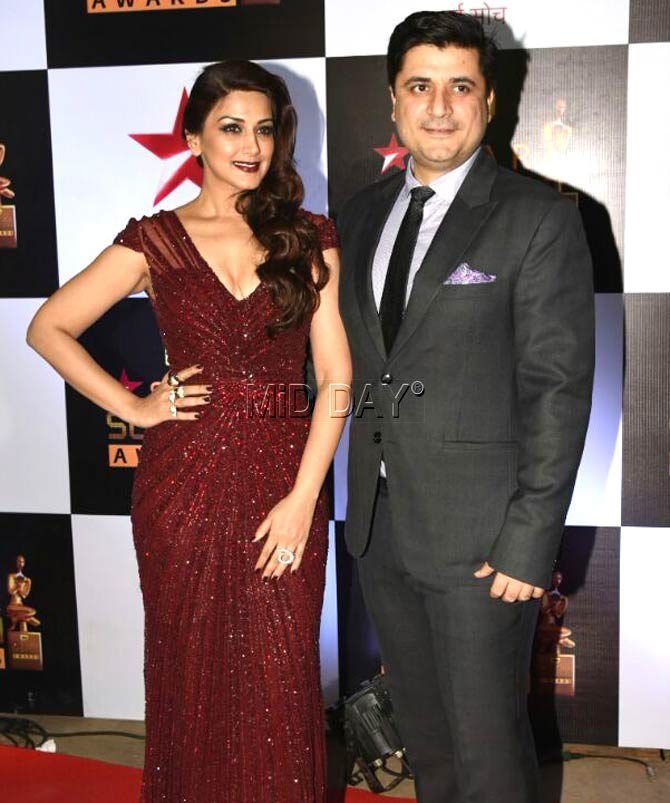 Sonali Bendre with husband Goldie Behl at the Star Screen Awards 2016. at Mumbai airport. #Bollywood #Fashion #Style #Beauty #Hot #Sexy