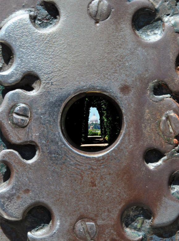 La piazza dei Cavalieri di Malta, pur trovandosi sul panoramico colle Aventino, non permette di affacciarsi verso il panorama sottostante. Ma la serratura del cancello del Priorato riserva una sorpresa. Avvicinando l'occhio al foro possiamo infatti ammirare la cupola di San Pietro, perfettamente centrata dal corridoio di siepi del vialetto interno che creano un bellissimo gioco di prospettiva.